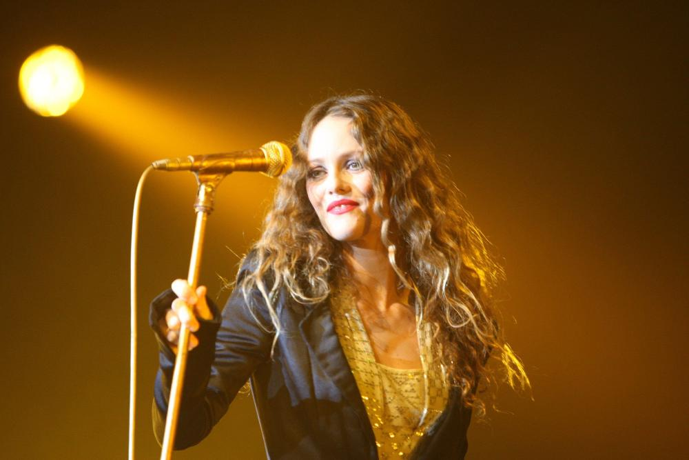 vanessa_paradis_performing_concert_troyes_3