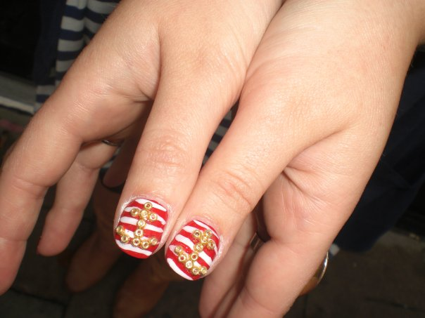 red-and-white-stripe-nail-design-with-gold-anchors