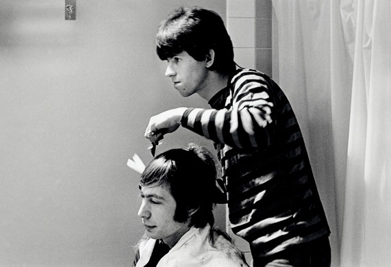 Keith-Richards-fixes-Charlie-Watts's-hair