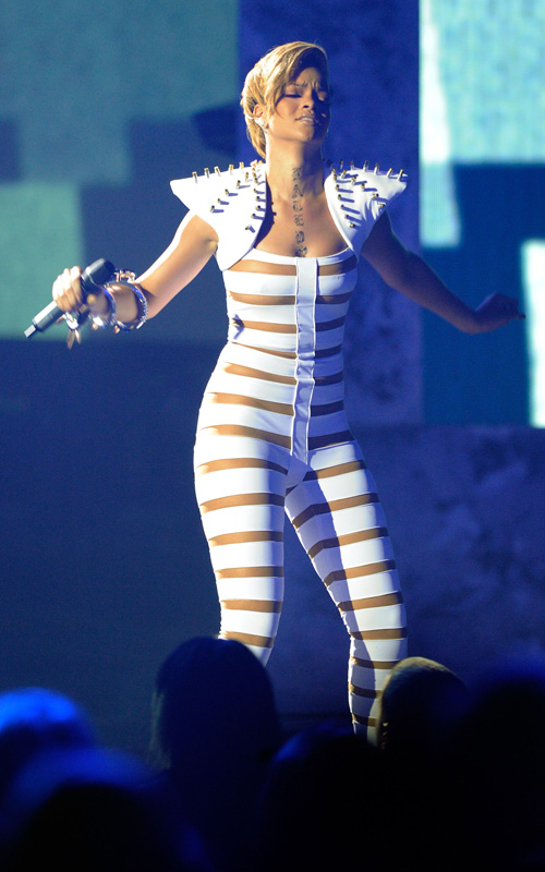 Rihanna-performs-american-music-awards-2009