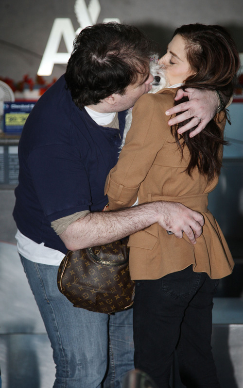 Brittany-Murphy-Simon Monjack-making-out-airport