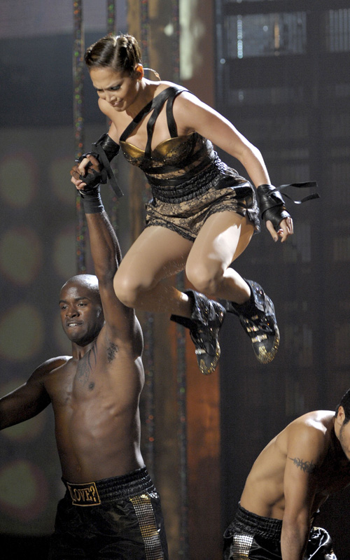 jennifer-lopez-falling-at-2009-American-Music-Awards