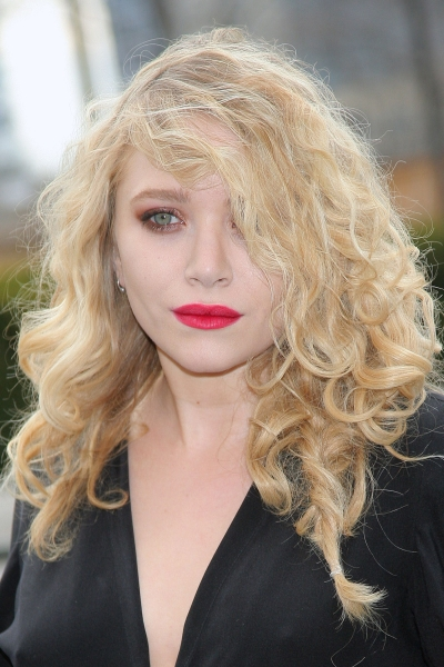 mary-kate-olsen-long-blonde-curly-messy-hairstyle