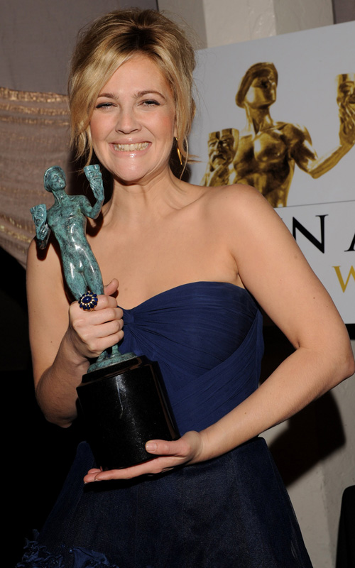 Drew-Barrymore-Holding-SAG-AWARD