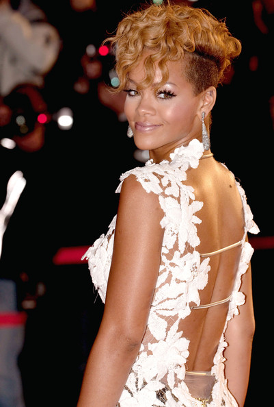 Rihanna-curly-hair-NRJ-Music-Awards