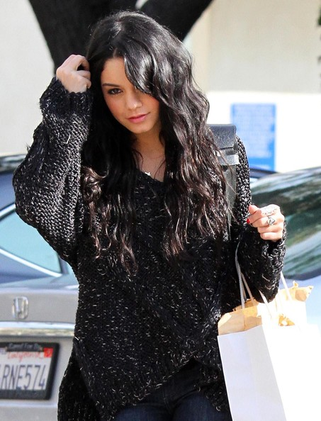 Vanessa-Hudgens-shopping-West-Hollywood-extensions
