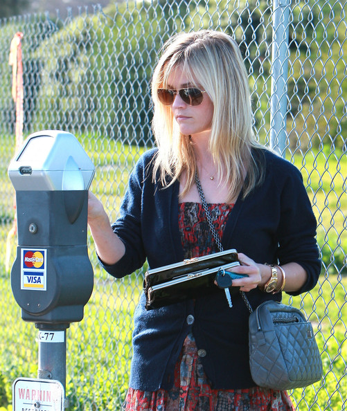 Reese-Witherspoon-shopping-Beverly-hills