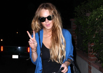 Lindsay-Lohan-peace-sign