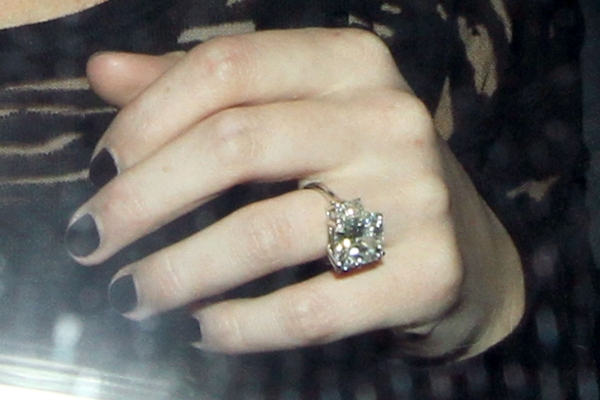 Hilary-Duff-engagement-ring-to-Mike-Comrie