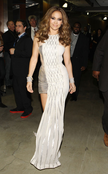 Jennifer-Lopez-wavy-hairstyle-52nd-Annual-GRAMMY-Awards-backstage