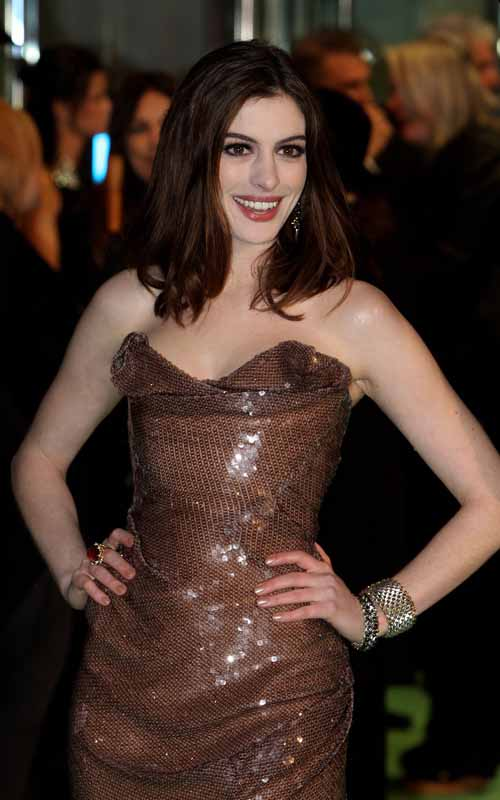 anne-hathaway-premiere-alice-in-wonderland-london
