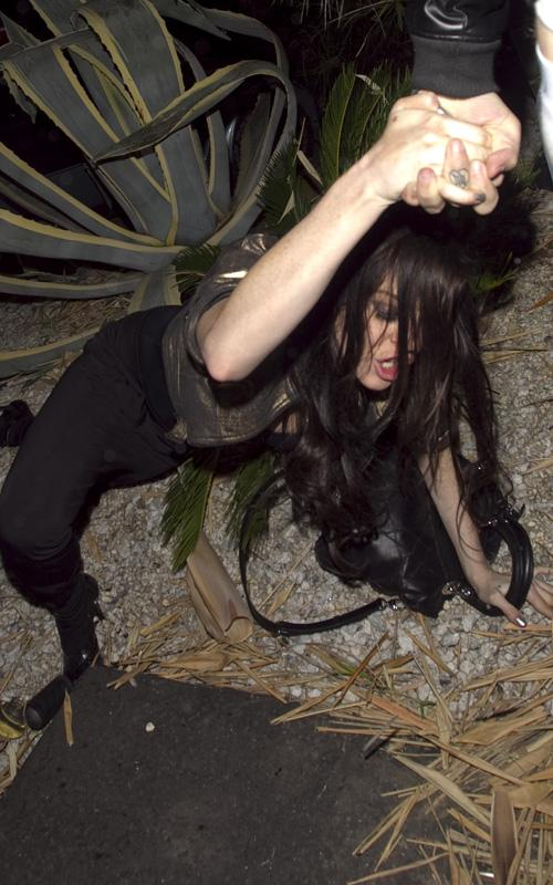 Lindsay-Lohan-wasted-falling-down