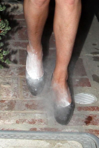 Lindsay-Lohan-white-powder-in-shoes