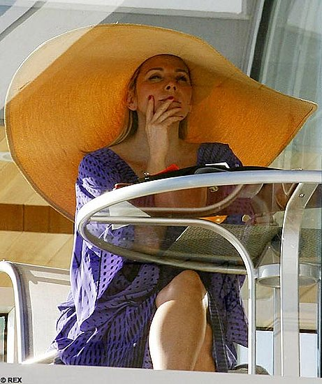 kim-cattrall-huge-hat
