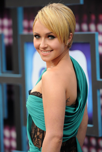 Hayden-Panettiere-short-blonde-hair-CMT-Music-Awards-1