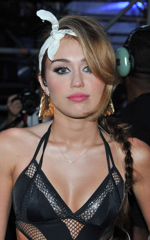 Miley-Cyrus-in-a-Revealing-Outfit-at-MuchMusic-Awards
