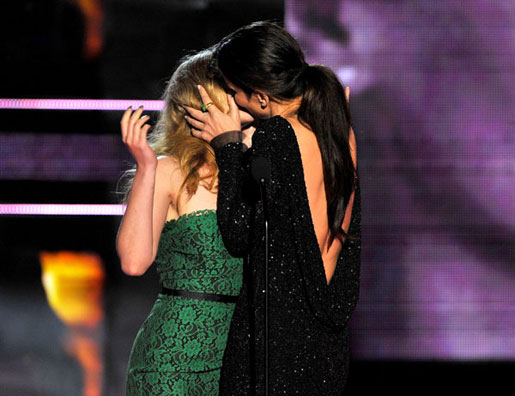 Scarlett-Johansson-Sandra-Bullock-2010-mtv-movie-awards-kiss