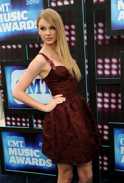 Taylor-swift-straight-hair-2010-CMT-Music-Awards