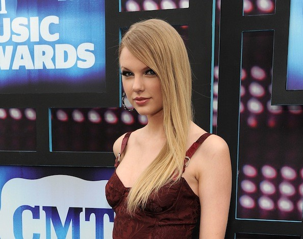 Taylor-swift-straight-hair-CMT-Music-Awards