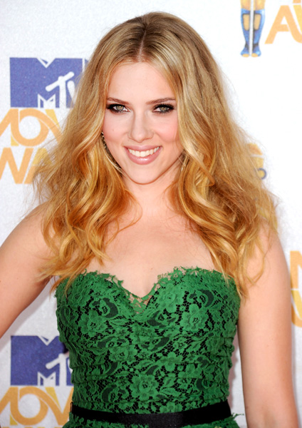 scarlett-johansson-wavy-blonde-hair-mtv-movie-awards