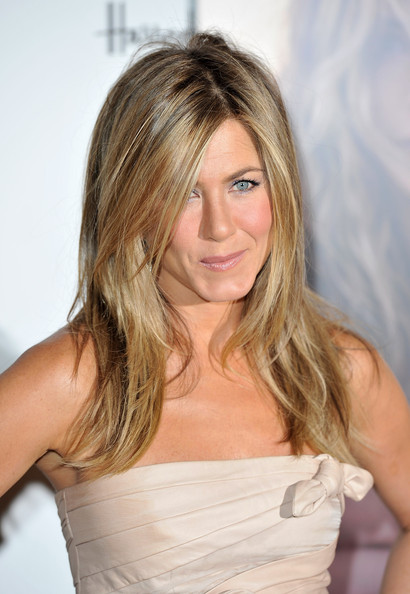 Jennifer-Aniston-medium-length-cut-with-layers-highlights-1