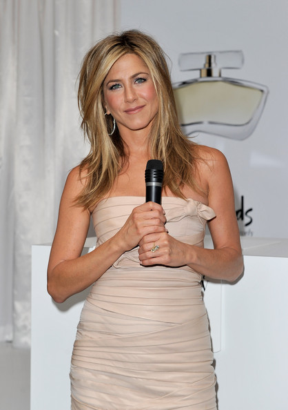 Jennifer-Aniston-medium-length-cut-with-layers-highlights-2