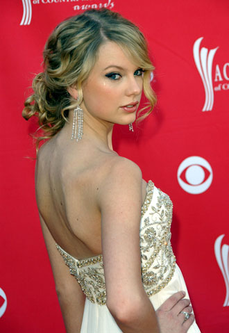 taylor-swift-curly-updo
